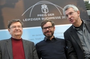 Alle Preisträger: Heinz Ickstadt (v.l.), der stellvertretend für Eva Hesse den Preis entgegennahm, David Wagner und Helmut Böttiger. Foto: Leipziger Messe GmbH / Norman Rembarz