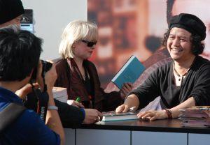 """Andrea Hirata (r.) signiert seinen Roman """"Die Regenbogentruppe"""""""