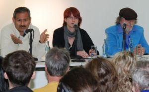 Im Gespräch: Der kolumbianische Schriftsteller und Journalist Hernando Calvo Ospina (l.).