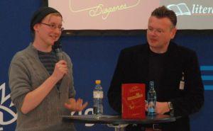 """Alles andere als seltsam: Der junge Stefan Bachmann, Autor von """"Die Seltsamen"""", (l.) im Gespräch mit Wolfgang Tischer."""