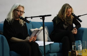 Gudrun (l.) und Valerie Fritsch bei der Lesung ihres gemeinsamen Lyrikbandes. © Christian Lund