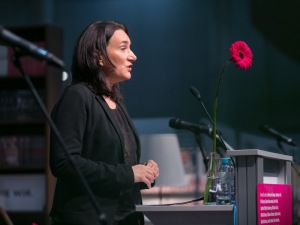 Terézia Mora bei der Eröffnungsrede - © LCM Fotostudio Richard Schuster