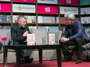 Arne Dahl (l.) im Gespräch mit Moderator Florian Scheuba - © LCM Fotostudio Richard Schuster